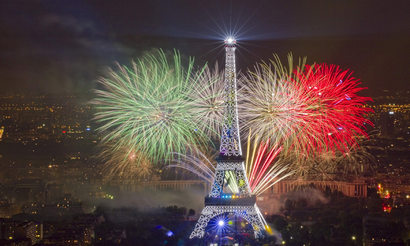 The Eiffel Tower is illuminated during the traditional Bastille Day fireworks display in Paris July 14, 2013.  REUTERS/Gonzalo Fuentes (FRANCE - Tags: SOCIETY TRAVEL CITYSCAPE ANNIVERSARY)